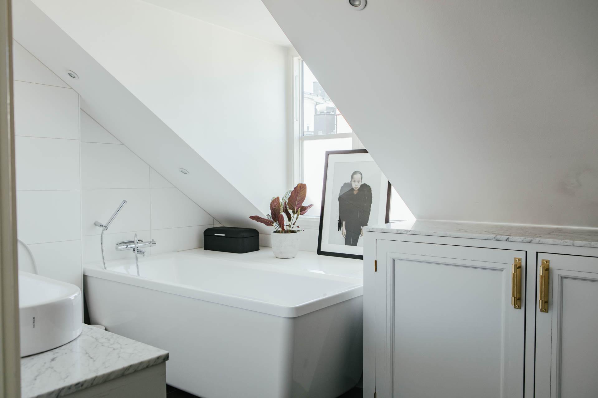 Elegante badkamer met schuine wand en dakkapel
