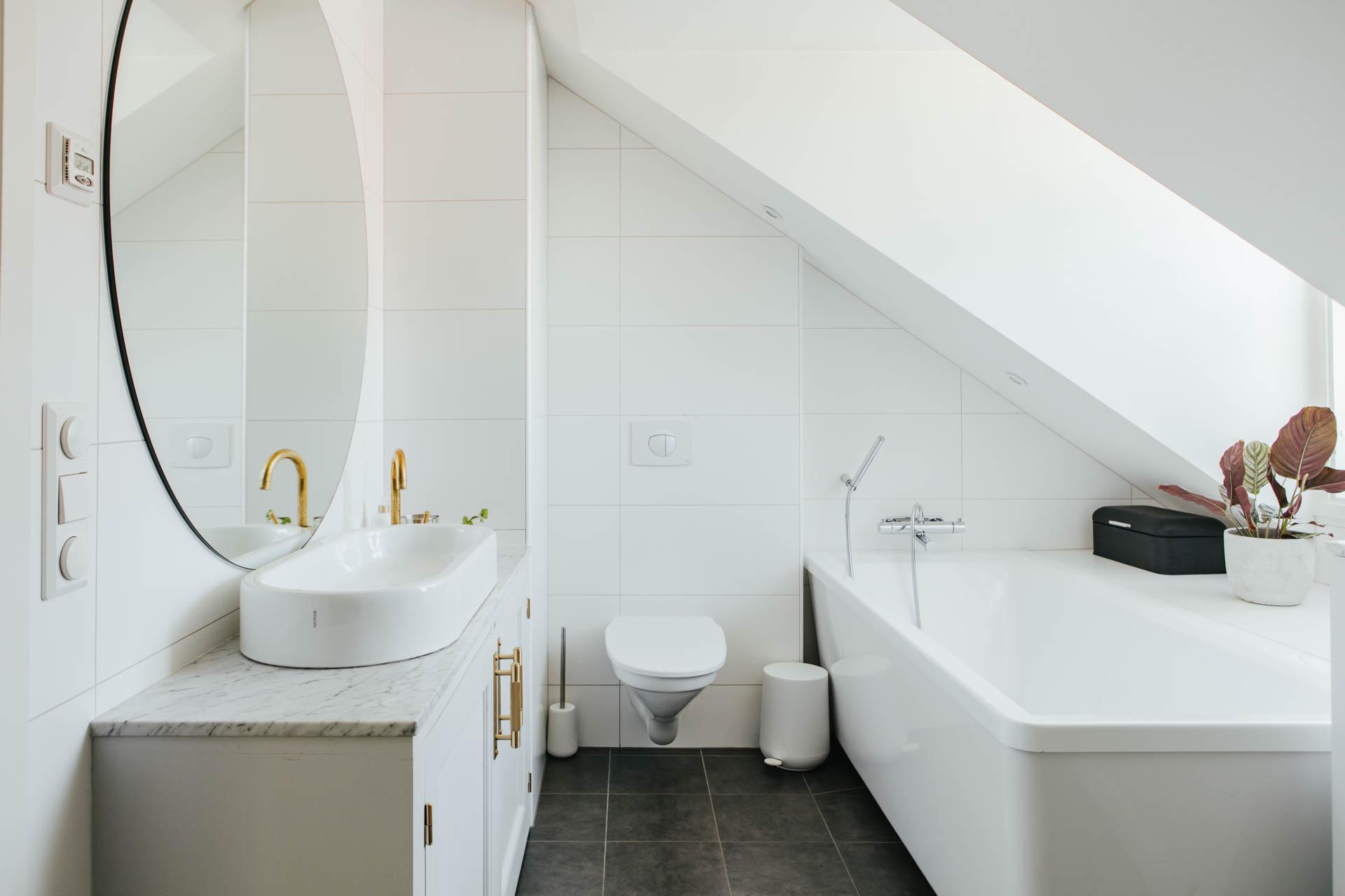 Elegante badkamer met schuine wand en dakkapel - Badkamers voorbeelden