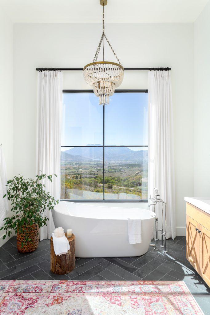 En suite badkamer met uitzicht op de bergen