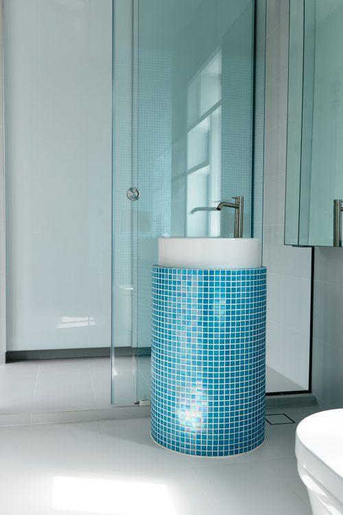 Frisse badkamer door hyla architects badkamers voorbeelden - Mozaiek blauwe bad ...