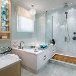 Frisse badkamer met bad en inloopdouche