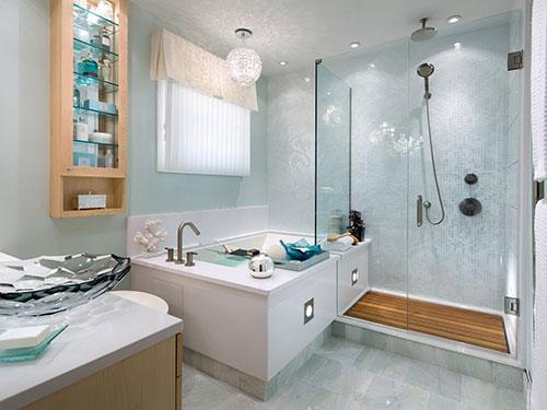 Frisse badkamer met bad en inloopdouche - Badkamers voorbeelden