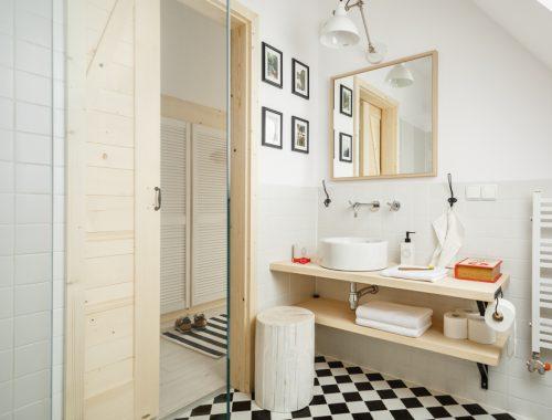 Frisse kleine badkamer met dakraam