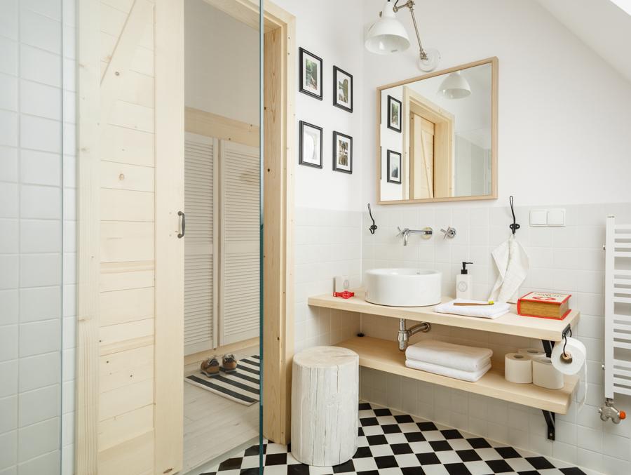 Badkamer Met Dakraam : Frisse kleine badkamer met dakraam badkamers voorbeelden