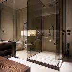 Geblindeerde glazen wanden in badkamer