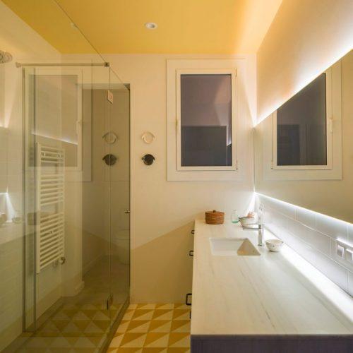 Gele vintage badkamer uit Barcelona