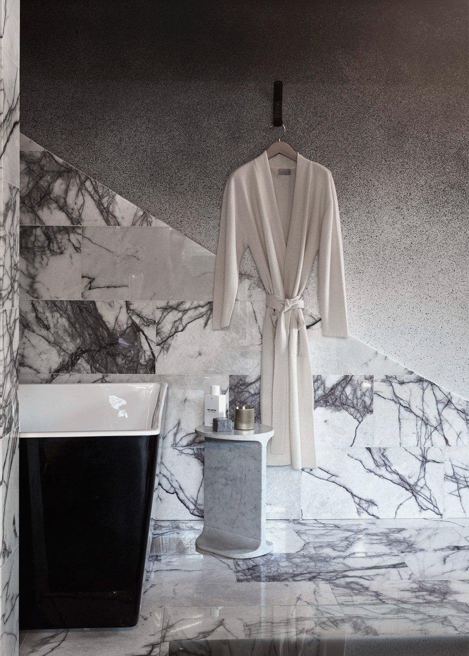 Gesplitste badkamer in een klein appartement
