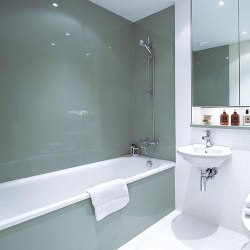 Glazen panelen in de badkamer
