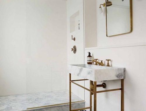 Goud en marmer in klassieke badkamer