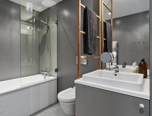 Granieten vloer in moderne badkamer