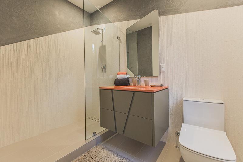 Grijs en oranje badkamers met geometrische vormen