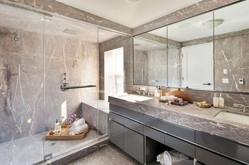 Grijs marmer in badkamer