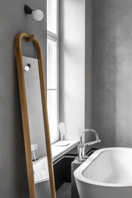 Grijze badkamer met houten details