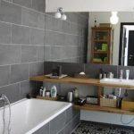 Grijze badkamer met Portugese tegels