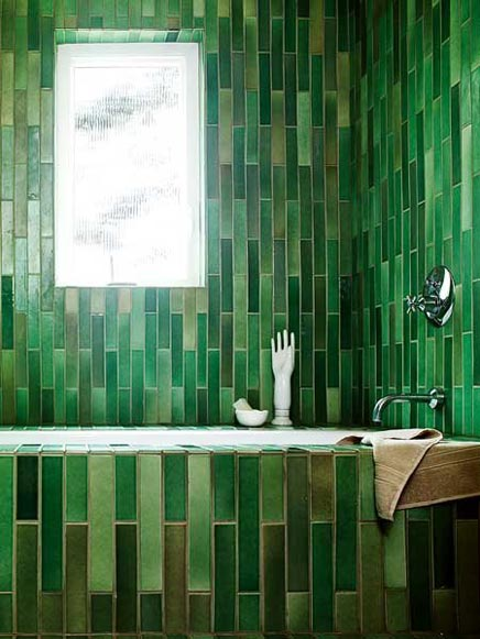 Badkamers voorbeelden    Badkamer met langwerpe groene tegels