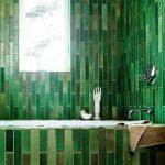 Badkamer met langwerpe groene tegels