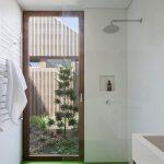 Groene vloer en witte muren