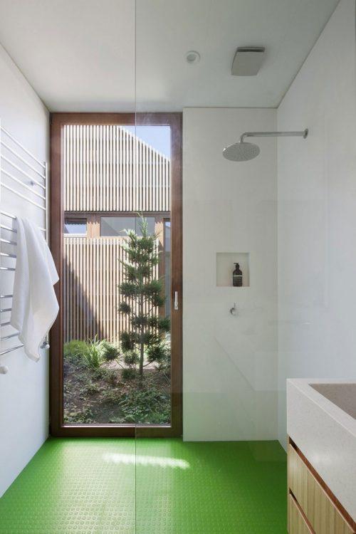 Groene vloer en gestuukte muren