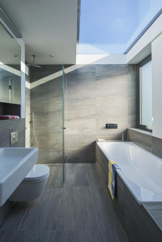 Groot dakraam in moderne badkamer