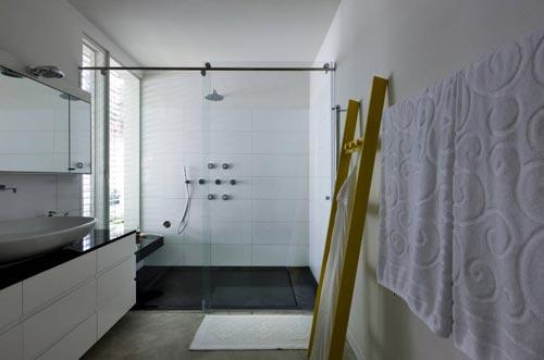 Grote badkamer met alleen een inloopdouche