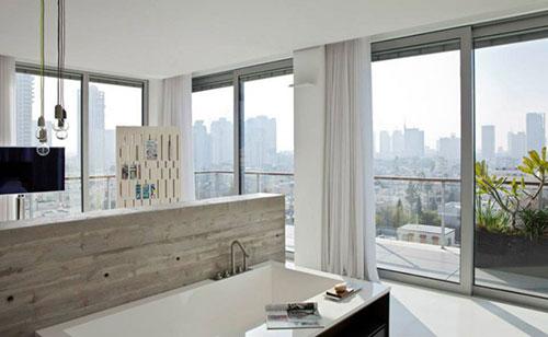 Grote designbadkamer van penthouse