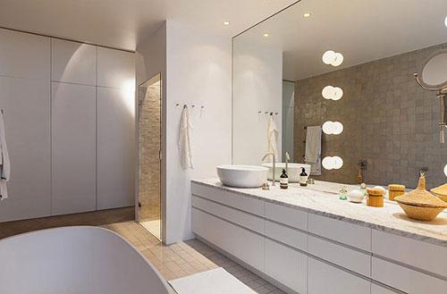 Grote inloop badkamer naast slaapkamer