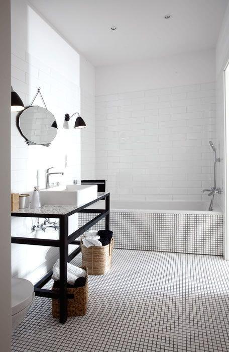 Badkamers voorbeelden » Grote en kleine witte tegels