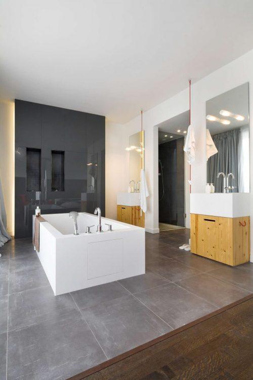 Grote luxe badkamer door M.O.B Interior Designs