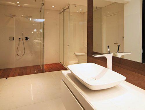 Grote moderne badkamer met grote inloopkast