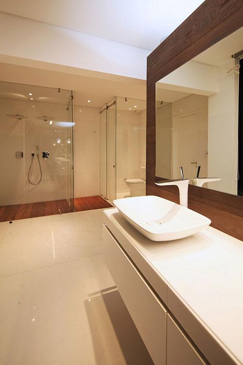 Grote moderne badkamer met grote inloopkast badkamers voorbeelden - Voorbeeld deco badkamer ...