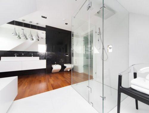 Grote moderne badkamer met twee soorten vloeren