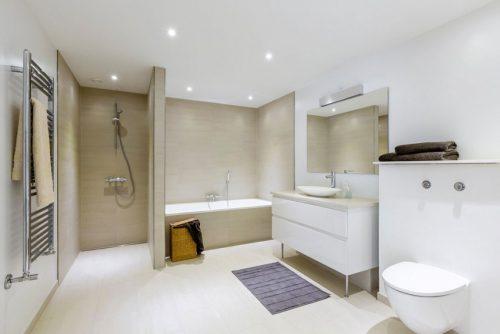 Grote praktische badkamer met lichte kleuren - Badkamers voorbeelden