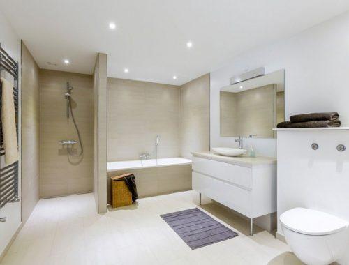 Grote praktische badkamer met lichte kleuren