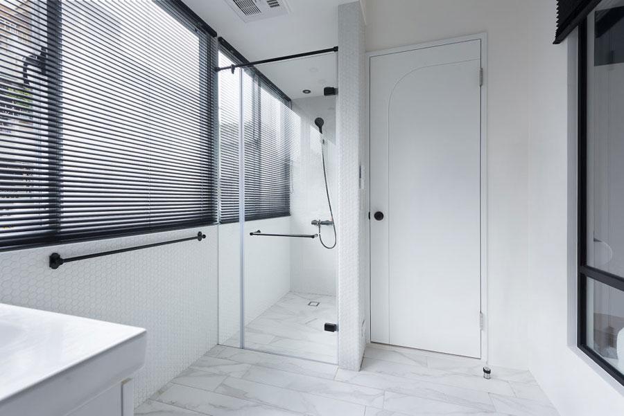 Grote raam tussen badkamer en slaapakmer