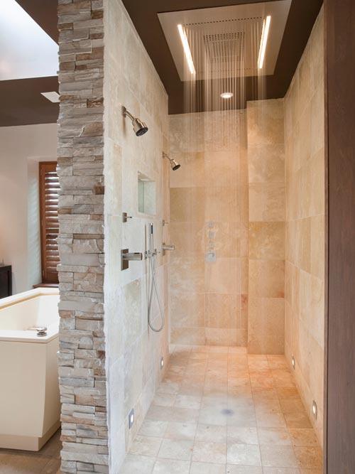 Grote regendouche in badkamer