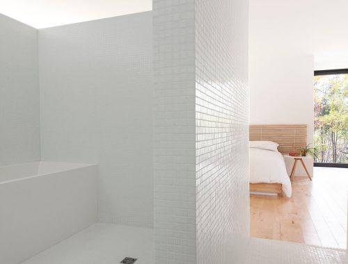 Half open minimalistische badkamer
