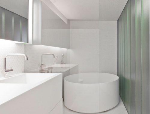 Half open witte badkamer