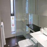 Hangtoilet in een kleine badkamer
