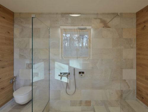 Het ontwerp van deze badkamer is geïnspireerd door de bosrijke omgeving