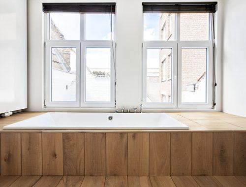 Hout en staal in de badkamer van een loft in Antwerpen