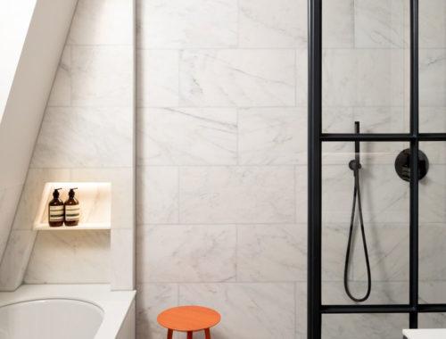 Hout, staal en marmer vormen in deze badkamer een mooie combinatie!