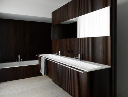Houten badkamer met smalle inloopdouche