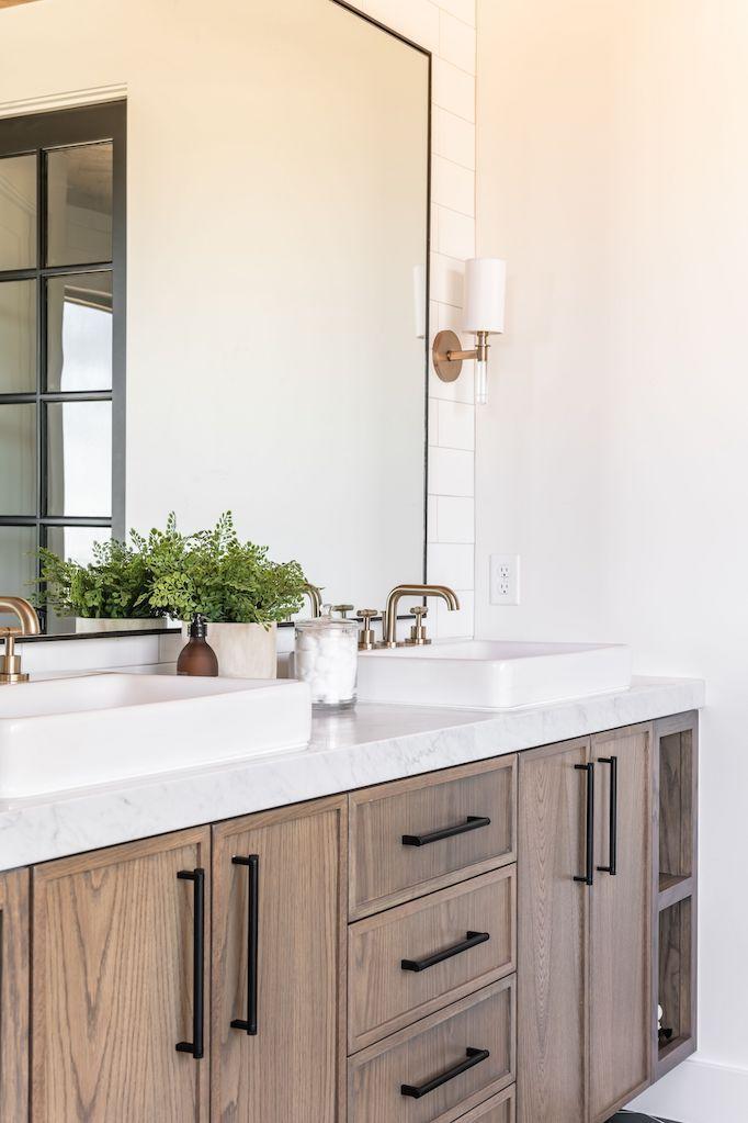 Houten badkamer meubel met marmeren blad
