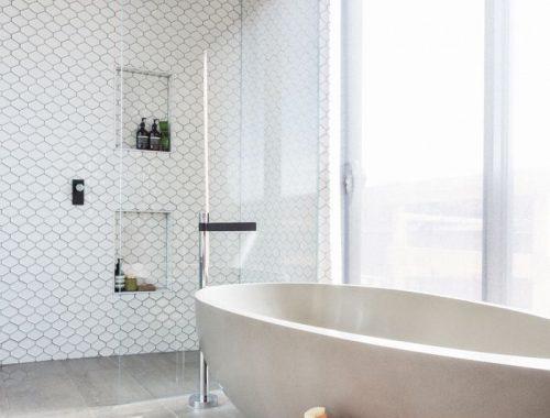 Houten krukje in badkamer