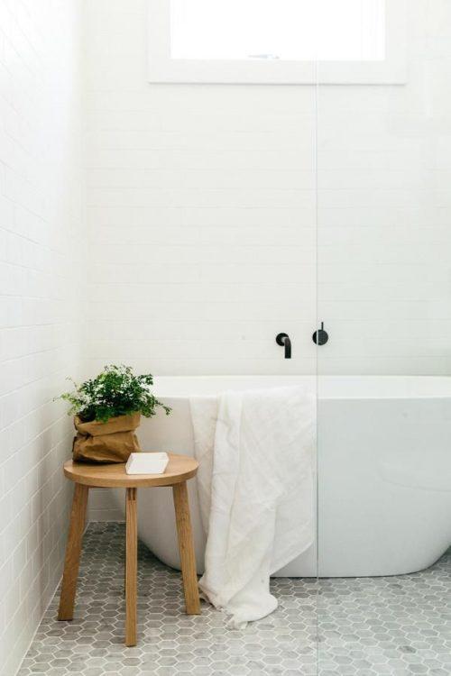 Houten krukje in badkamer - Badkamers voorbeelden