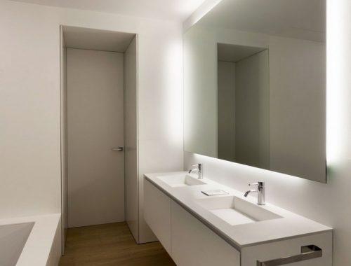Houten vloer in een moderne badkamer