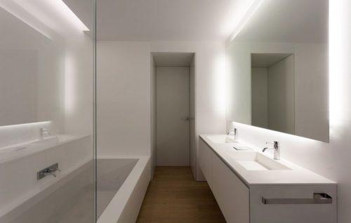 Houten vloer in een moderne badkamer badkamers voorbeelden - Badkamer houten vloer ...