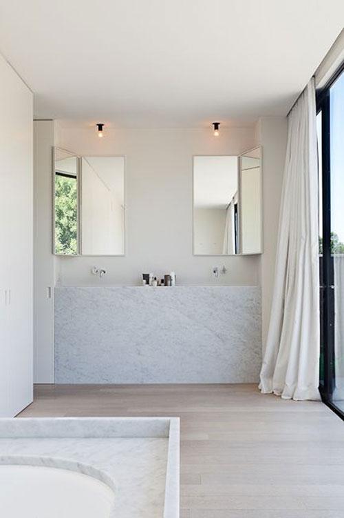 Houten vloer in witte badkamer
