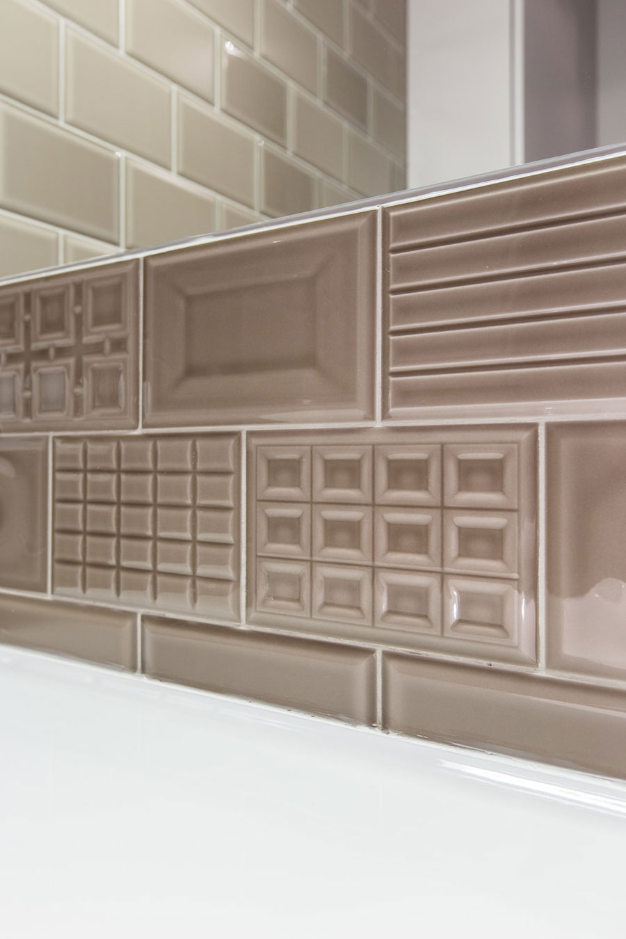 In deze kleine badkamer hebben ze een mooie strakke wasmachine kast gebouwd!