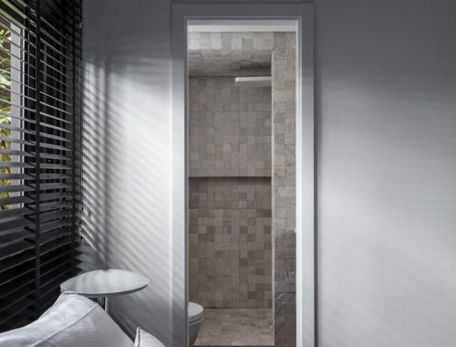 In deze kleine badkamer is de inloopdouche volledig betegeld met Marokkaanse zeliges tegels!